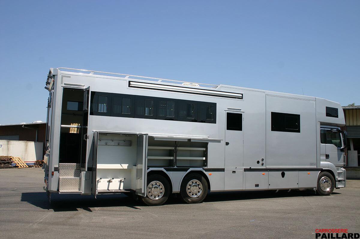 Occasion Camion chevaux poids lourd MAN 6×2 pour transporter 7 chevaux, aménagé d'un appartement