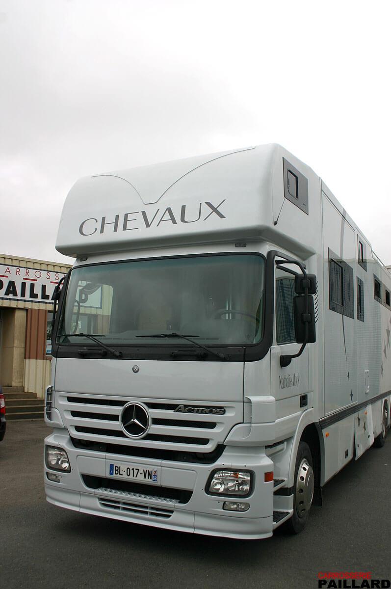 Camion chevaux 6×2 Mercedes Actros pour transporter 8 chevaux, aménagé d'un appartement