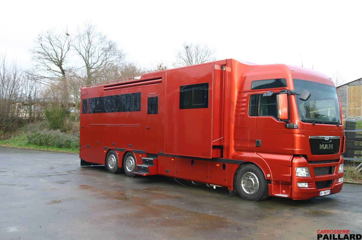Camion chevaux poids lourd MAN 6×2 pour transporter 7 chevaux, aménagé d'un appartement