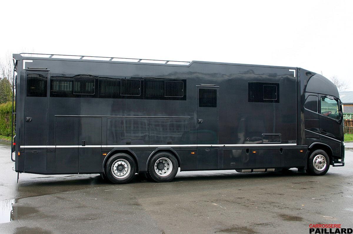 Camion chevaux poids lourd VOLVO 6×2 pour transporter 7 chevaux, avec home-car