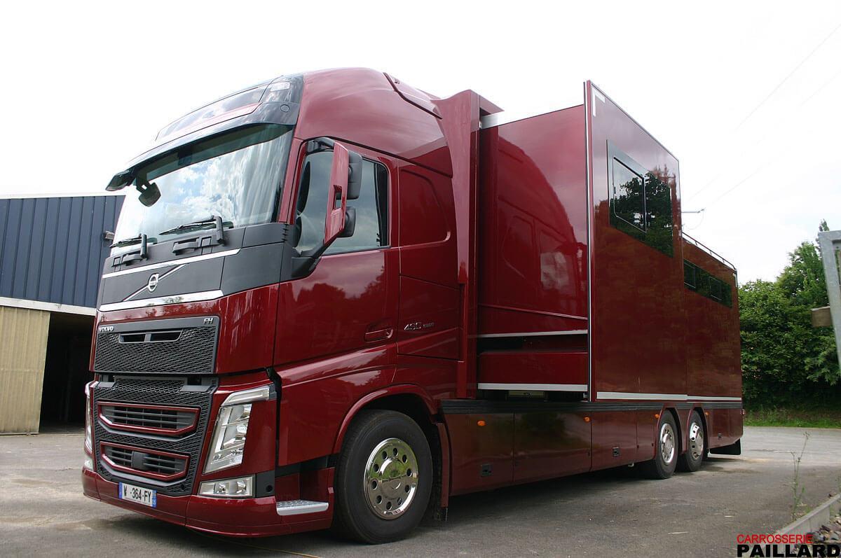 Camion chevaux poids lourd VOLVO 6×2 pour transporter 7 chevaux, aménagé d'un appartement